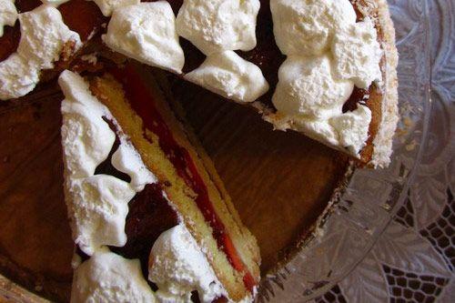 Tort z truskawkami i bitą śmietaną