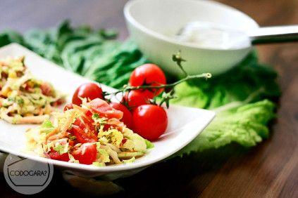 Surówka z kapusty pekińskiej z pomidorkami i kukurydzą