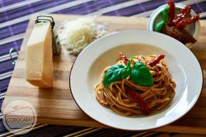 Czerwone pesto z makaronem i suszonymi pomidorami