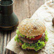 Burger z sałatą i pomidorem