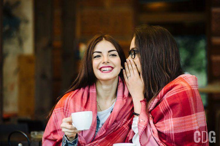 Dwie dziewczyny plotkujące przy kawie