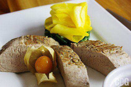 polędwiczki wieprzowe ze szpinakiem i sosem