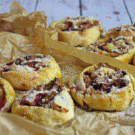 Roladki ze śliwkami z ciasta francuskiego.