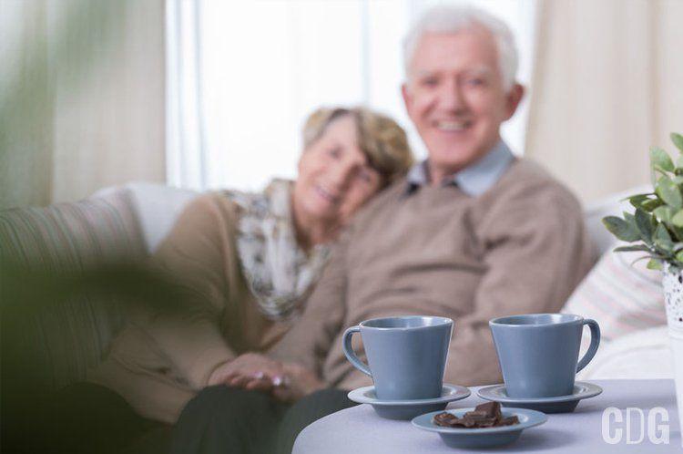 Filiżanki na tle starszej pary