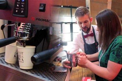 Zdjęcie podzielone na dwa obszary. Na pierwszym, zaparzająca się kawa w ekspresie ciśnieniowym. Na drugim, Rafał Jagielski i Ewelina Szczęsna trzymający dzbanek ze spienionym mlekiem