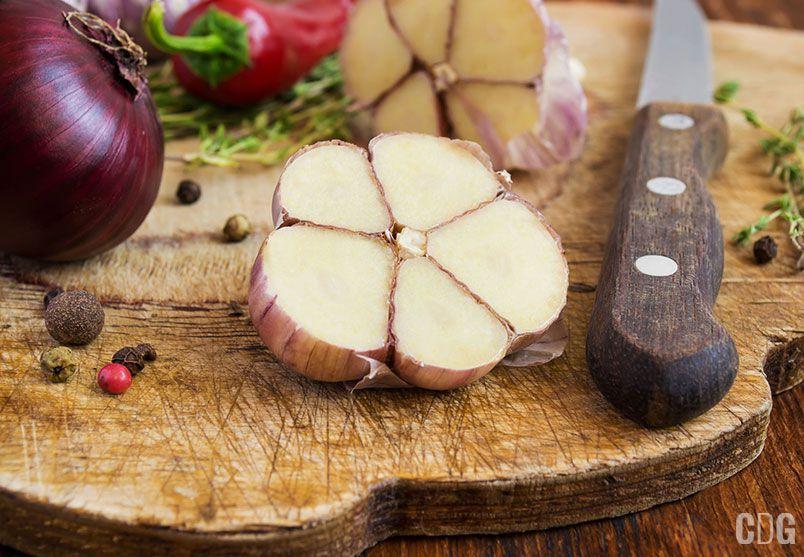 Przekrojony czosnek, cebula i papryczka
