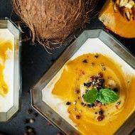 Krem z dyni z mlekiem kokosowym listkiem mięty i tłuczonym pieprzem kolorowym. łupina kokosa i dynia