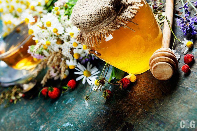 Słoik miodu, herbata i zioła