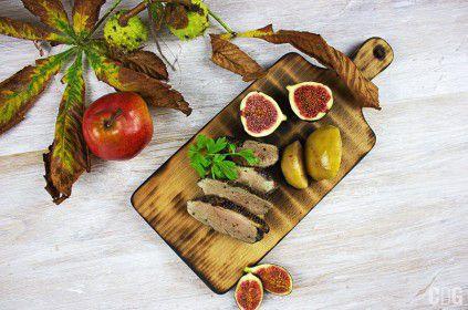 Grillowana pierś z gęsi z jabłkami, gruszką i figami leżące na desce