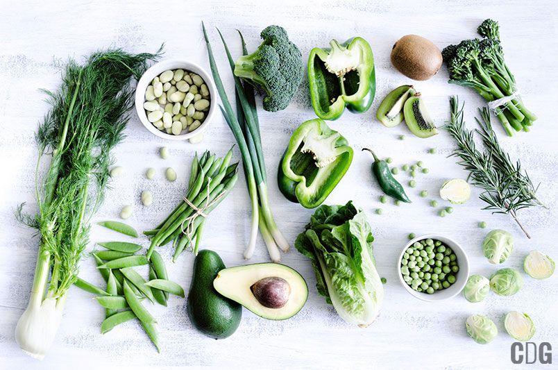 Różne zielone warzywa i owoce na stole