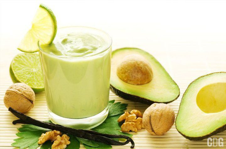 Szklanka koktajlu z avocado i orzechów
