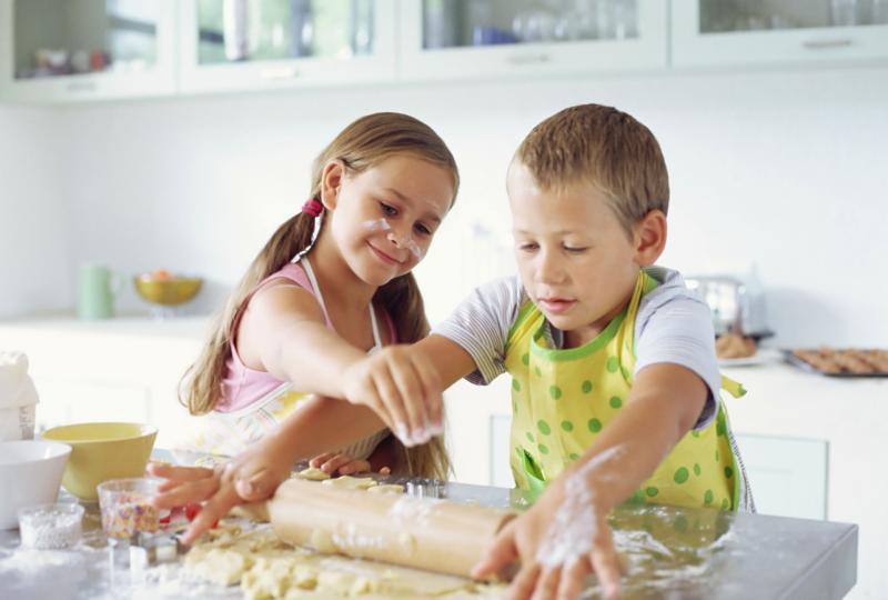 Dziewczynka i chłopiec robią ciasto na ciasteczka