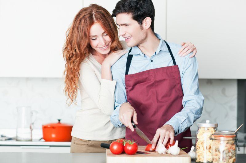 Chłopak i dziewczyna przygotowują posiłek