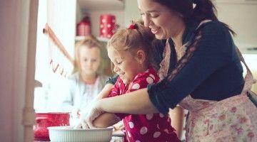 Mama gotująca z dwiema małymi córkami