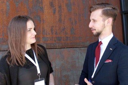 Dawid Tymiński rozmawiający z Eweliną Szczęsną nieopodal budynku Europejskiego Centrum Solidarności na konferencji Blog Forum Gdańsk 2015