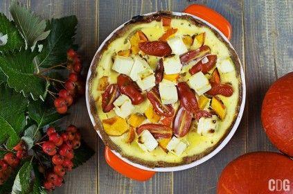 Tarta gryczana z dynią, serem i pomidorkami na stole z jarzębiną i dyniami