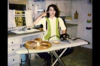 Johnny Depp robiący tosty żelazkiem
