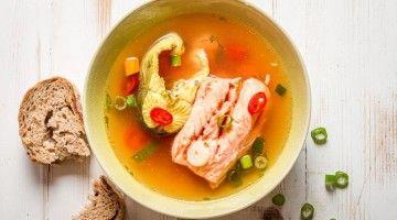 Zupa z różnych ryb w miseczce z chili i szczypiorkiem