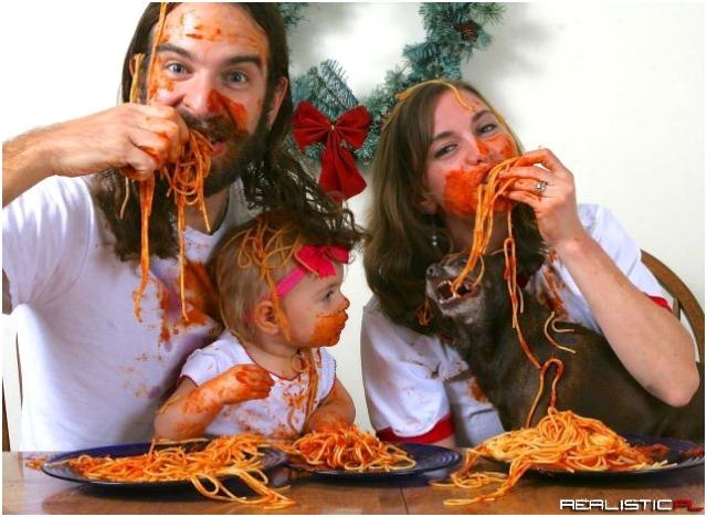 Rodzinka obsmarowana spaghetti