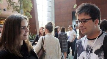 Matt Olech udzielający wywiadu Ewelinie Szczęsnej w budynku Europejskiego Centrum Solidarności podczas konferencji Blog Forum Gdańsk 2015