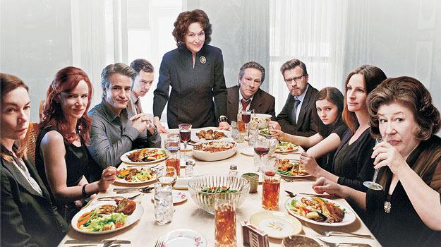 Rodzina przy stole zwrócona w stronę obiektywu