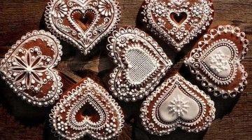Piernikowe serca ozdobione białym lukrem