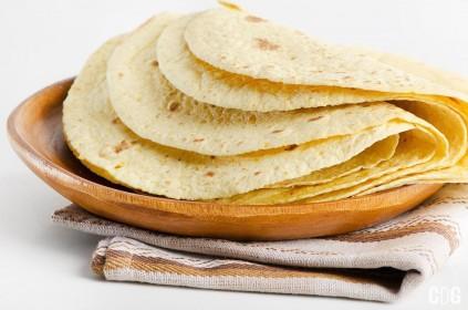 tortilla kukurydziana złożona na drewnianej podkładce