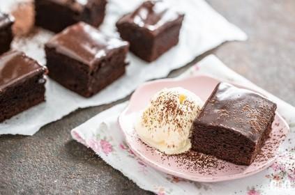 Ciastko brownie na różowym talerzyku z gałką lodów