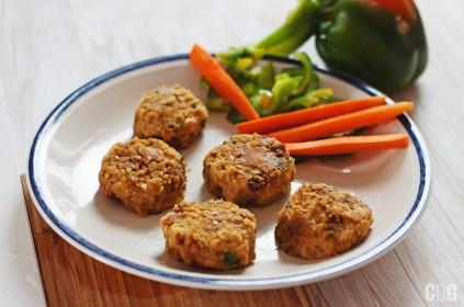 falafele z suszonymi pomidorami podane na talerzyku z marchewką i zieloną papryką