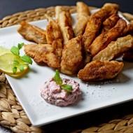Paluszki rybne w tempurze, ozdobione limonką i podane z dipem. oraz oprószone gruboziarnistą solą