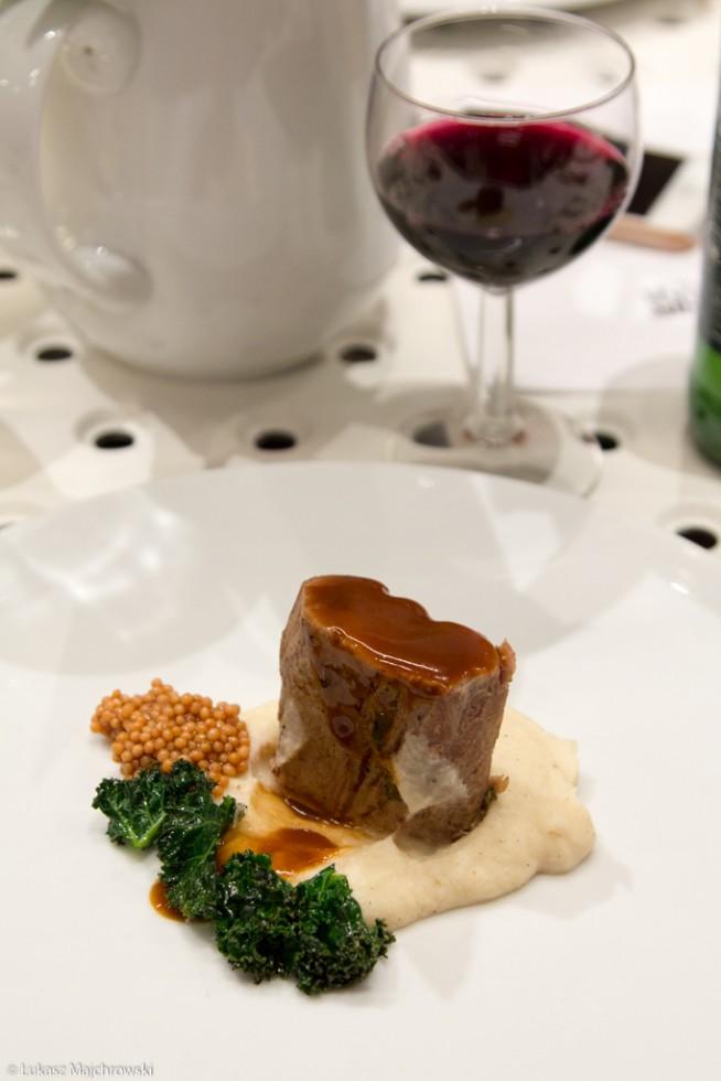 polędwica w sosie na białym talerzu wino kolacja w restauracji nowe menu