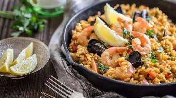 Paella marinera z owocami morza z cząstkami cytryny