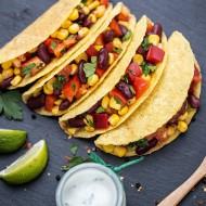 Tacos na czarnym kamieniu podany z cząstkami limonki i ziołami