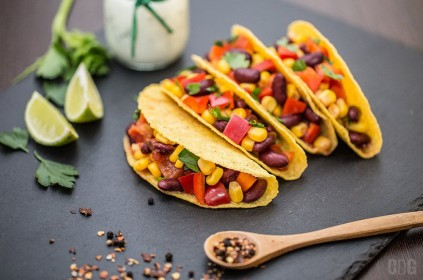 Tacos na czarnym kamieniu podany z cząstkami limonki